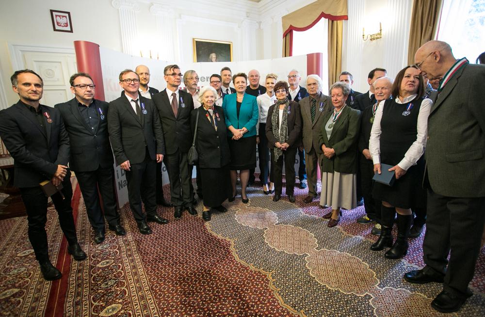 Minister Małgorzata Omilanowska wraz z nagrodzonymi medalami Zasłużony Kulturze Gloria Artis. fot. Danuta Matloch