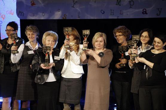 """Najaktywniejsi liderzy i koordynatorzy kampanii czytania, zostali uhonorowani podczas IX finału kampanii społecznej """"Cała Polska czyta dzieciom""""."""