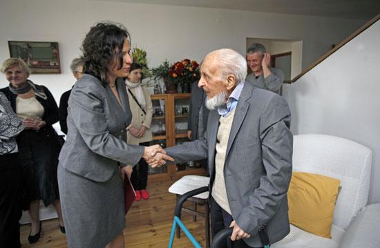 Wiceminister Monika Smoleń wręcza prof. M. Porębskiemu Złoty Medal Gloria Artis