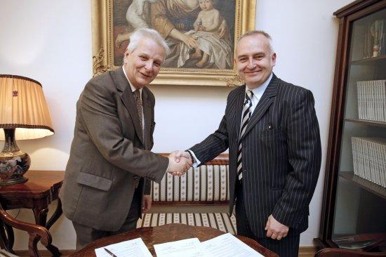 Prezes TIFC prof. Kazimierz Gierżod i p.o dyrektora NIFC Kazimierz Monkiewicz podpisują umowę.