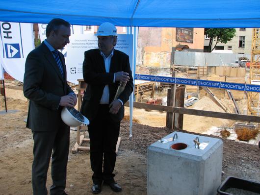 Minister kultury Bogdan Zdrojewski i rektor wrocławskiej ASP prof. Jacek Szewczyk wmurowują kamień węgielny pod budowę nowego budynku uczelni.