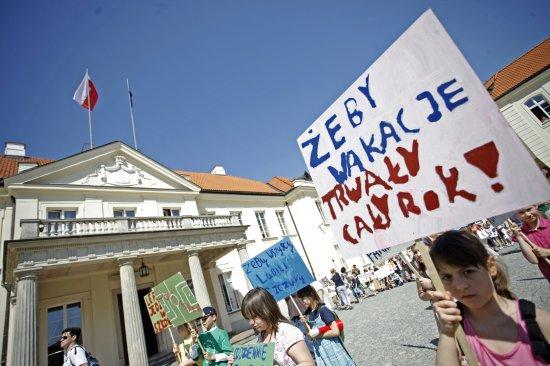 Dziecięca manifestacja przed siedzibą MKiDN
