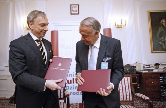 Ministrowie Bogdan Zdrojewski i Bernd Neumann wymieniają podpisane listy intencyjne nt wspierania współpracy w dziedzinie zachowania wspólnego dziedzictwa kulturowego i jego digitalizacji.