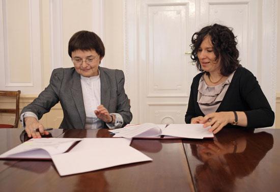 Wiceminister kultury dr Monika Smoleń i Dyrektor Fundacji CBOS- Prof. UW dr hab. Mirosława Grabowska podpisują porozumienie o współpracy.