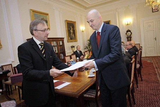 Minister kultury Bogdan Zdrojewski wręcza dr Sławomirowi Dębskiemu akt powołania na funkcję  dyrektora Centrum Polsko-Rosyjskiego Dialogu i Porozumienia