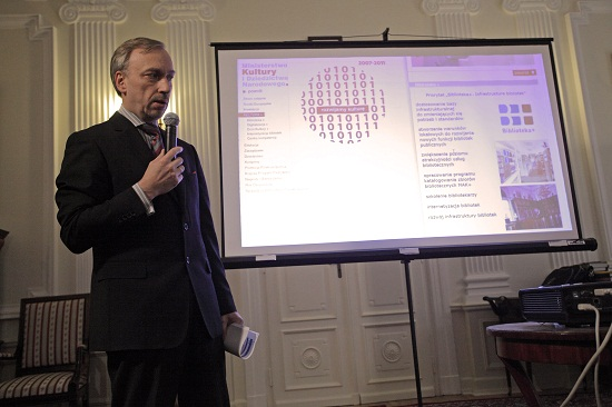Minister kultury Bogdan Zdrojewski przedstawia prezentację podsumowującą kadencję 2007-2011