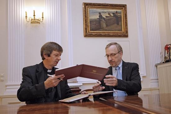 Minister Bogdan Zdrojewski podpisuje umowę darowizny pamiątek  związanych  z wizytą Jana Pawła II na Wigrach  Foto Danuta Matloch