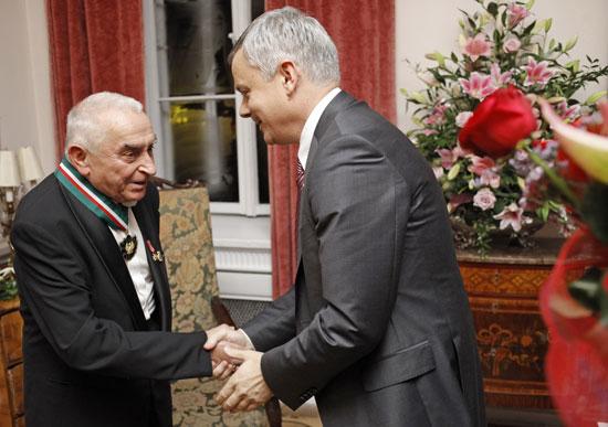 Prof. Andrzej Olszewski otrzymuje Złoty Medal Zasłużony Kulturze Gloria Artis z rąk wiceministra Piotra Żuchowskiego