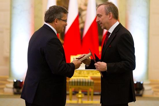 Prezydent Bronisław Komorowski wręcza Bogdanowi Zdrojewskiemu akt powołania na stanowisko Ministra Kultury i Dziedzictwa Narodowego