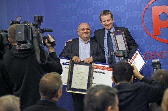 Laureaci nagrody im. Ryszarda Kapuścińskiego: Jerzy Haszczyński i Michał Żakowski.