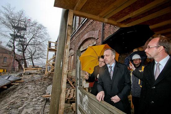 Minister Bogdan Zdrojewski na terenie budowy Muzeum Śląskiego