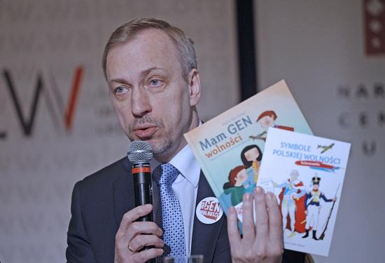 """Minister Kultury i Dziedzictwa Narodowego Bogdan Zdrojewski prezentuje przeznaczone dla dzieci książki wydane w ramach kampanii """"Gen Wolności""""   Foto: Danuta Matloch"""