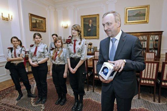 Minister Bogdan Zdrojewski podczas uroczystości przekazania Betlejemskiego Światła Pokoju.