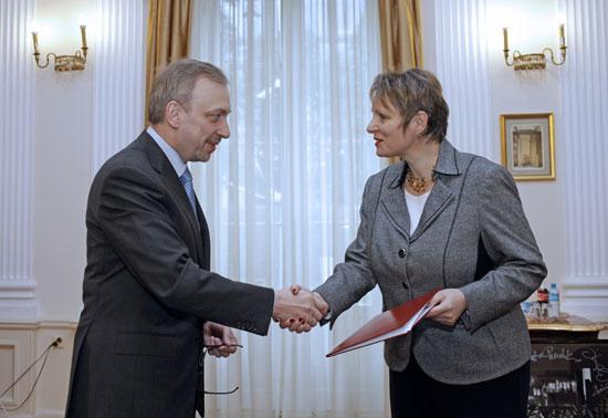 Minister Kultury i Dziedzictwa Narodowego Bogdan Zdrojewski wręczył prof. Małgorzacie Omilanowskiej akt powołania na stanowisko podsekretarza stanu w MKiDN.