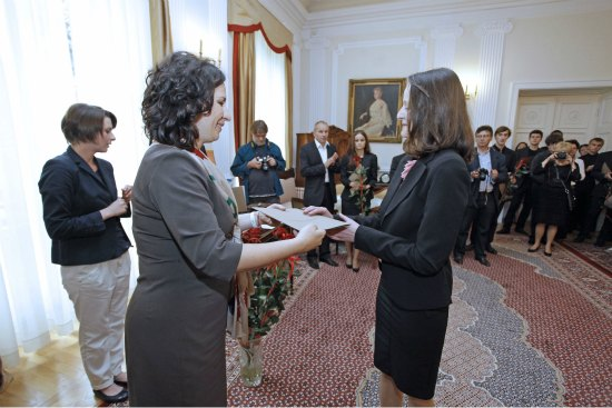 Wiceminister Monika Smoleń wręcza dyplomy stypendystom fot. MKiDN/Danuta Matloch