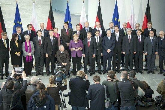 Delegacja polska wraz z przedstawicielami rządu niemieckiego przed sesją plenarną dotyczącą współpracy polsko – niemieckiej.
