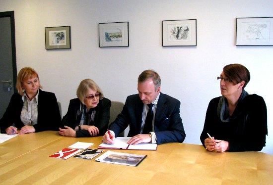 Uroczystość podpisania umowy z udziałem ministra Bogdana Zdrojewskiego,  dyrektor Muzeum Sztuki i Techniki Japońskiej Manggha Bogny Dziechciaruk- Maj,  członkini Rady Programowej Muzeum Krystyny Zachwatowicz oraz Głównej Księgowej Muzeum Elżbiety Wiorek.