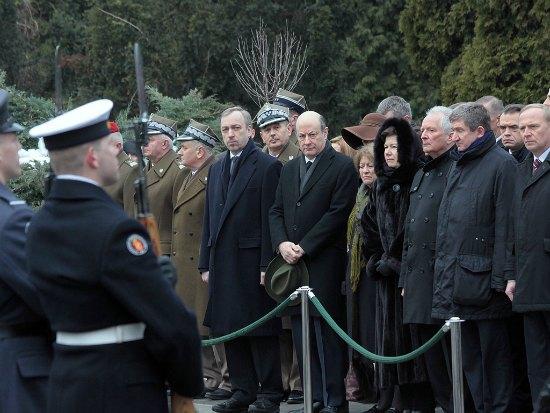 Uroczystości przed pomnikiem upamiętniającym 96 ofiar katastrofy lotniczej