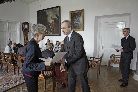 Minister Zdrojewski wręcza Andzie Rottenberg powołanie do Rady Powierniczej MNW fot. Danuta Matloch