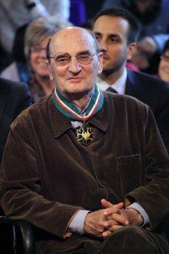Sławomir Mrożek odbiera Złoty Medal Zasłużony Kulturze Gloria Artis z rąk ministra Bogdana Zdrojewskiego fot. Danuta Matloch/ MKiDN