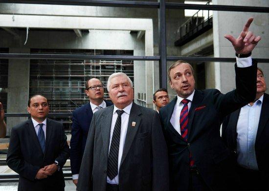 Lech Wałęsa w towarzystwie ministra kultury Bogdana Zdrojewskiego,  prezydenta Gdańska Pawła Abramowicza i dyrektora Europejskiego Centrum Solidarności Basila Kerskiego zwiedza budowę Europejskiego Centrum Solidarności.