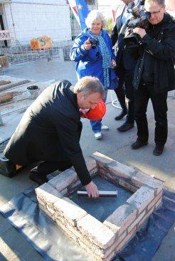Podpisanie aktu erekcyjnego i wmurowanie kamienia węgielnego pod budowę Filharmonii Folkloru Polskiego w Zbąszyniu. fot. Mateusz Basiński