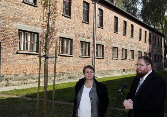 Wiceminister kultury Małgorzata Omilanowska i Dyrektor Państwowego Muzeum Auschwitz-Birkenau Piotr Cywiński. fot. PAP/Andrzej Grygiel