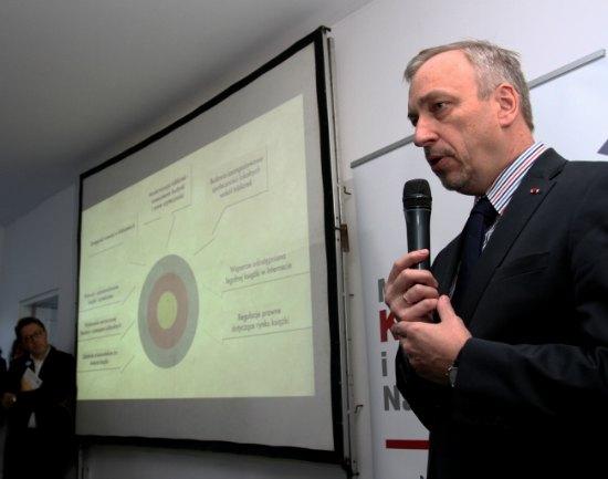 Minister Bogdan Zdrojewski przedstawia założenia Narodowego Programu Rozwoju Czytelnictwa 2014-2020 fot.: PAP/ Jacek Bednarczyk