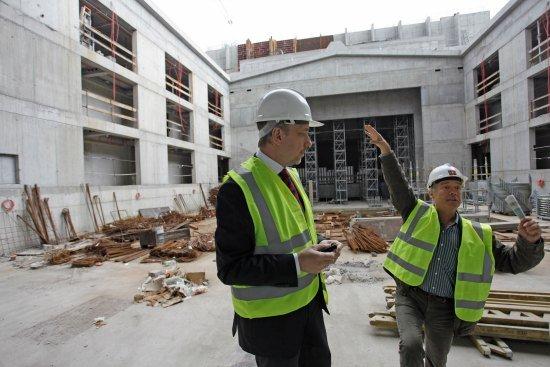 Minister Bogdan Zdrojewski na budowie Teatru Szekspirowskiego -  2 września 2013 r. fot.: Danuta Matloch