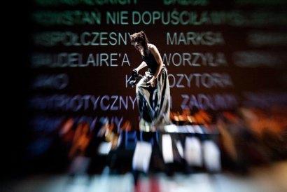 """Zdjęcie z przedstawienia """"Chopin bez fortepianu"""",  reżyseria: Michał Zadara,  fot. Natalia Kabanow / CENTRALA"""