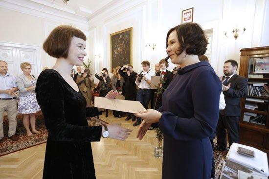 Podsekretarz Stanu Monika Smoleń wręcza stypendia ministra kultury uczniom szkół artystycznych. Foto Danuta Matloch.