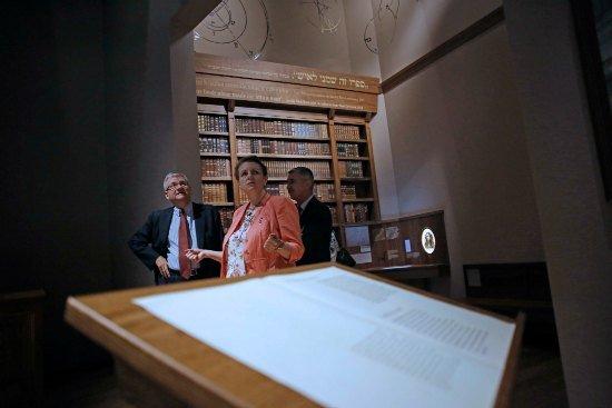 Minister Małgorzata Omilanowska z ambasadorami w Muzeum Historii Żydów Polskich. fot. Danuta Matloch
