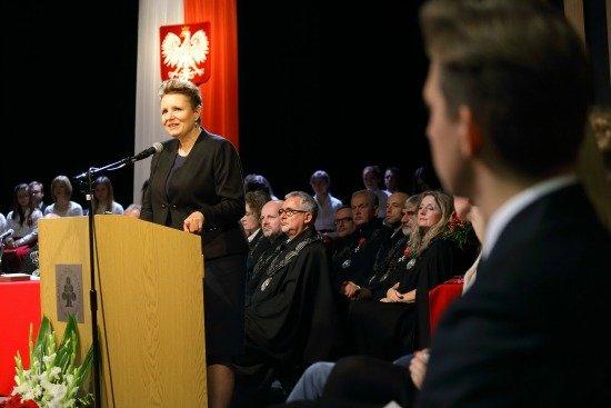 Minister prof. Małgorzata Omilanowska przemawia <i>podczas uroczystości otwarcia nowego budynku Akademii Sztuk Pięknych w Warszawie / fot. Danuta Matloch