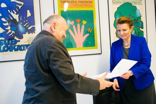 Minister Małgorzata Omilanowska wręcza powołanie Włodziemierzowi Niderhausowi. fot.: Danuta Matloch