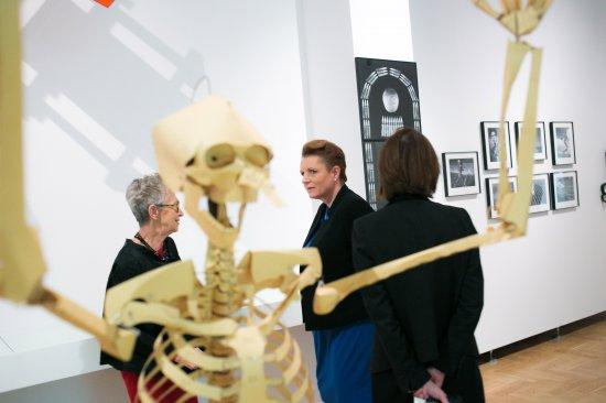 Minister Omilanowską oprowadziły po ekspozycji dyrektorka Zachęty Hanna Wróblewska oraz kuratorka wystawy Andą Rottenberg. fot. Danuta Matloch