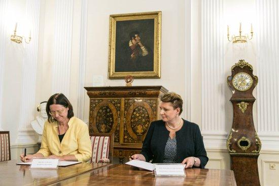 Podpisanie porozumienia przez Minister Kultury i Dziedzictwa Narodowego prof. Małgorzatę Omilanowską i Rzecznika Praw Obywatelskich prof. Irenę Lipowicz