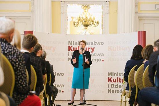 na zdjęciu: Minister Omilanowska wraz z laureatami XIV edycji programu stypendialnego Gaude Polonia. autor zdjęcia: Danuta Matloch