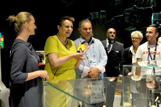 Minister Omilanowska w trakcie zwiedzania Pawilonu Polskiego na EXPO 2015. zdjęcie pochodzi z Archiwum PARP