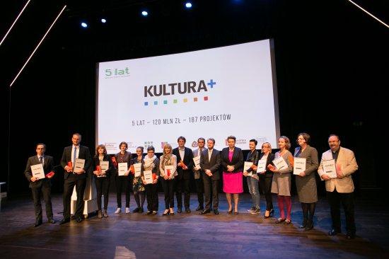 Podczas czwartkowej uroczystości w NInA minister Omilanowska podziękowała uczestnikom programu za zaangażowanie w projekty związane z digitalizacją i upowszechnianiem w internecie zasobów kultury i dziedzictwa narodowego.