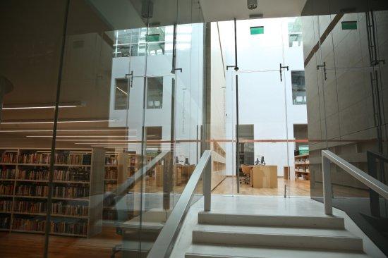 Nowo otwarta Biblioteka przy ul. Koszykowej w Warszawie. autor zdjęcia: Rafał Guz/PAP