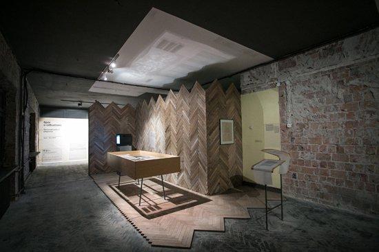 Zdjęcie z wystawy Spór o odbudowę z udziałem minister kultury Małgorzaty Omilanowskiej.  autor zdjęcia: Danuta Matloch