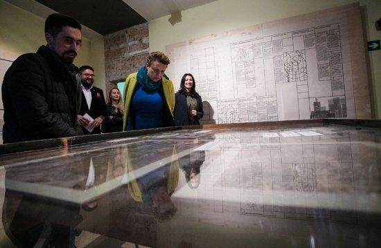 Zdjęcie z otwarcia wystawy Spór o odbudowę z udziałem minister kultury Małgorzaty Omilanowskiej.  autor zdjęcia: Danuta Matloch