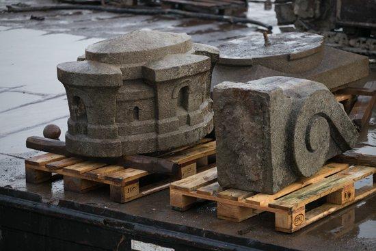 Na zdjęciu: Fragmenty kamiennych ław z dawnego mostu Poniatowskiego wydobyte z dna Wisły. autor zdjęcia: Danuta Matloch