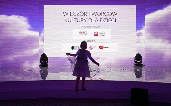 Na zdjęciu: Minister Kultury i Dziedzictwa Narodowego prof. Małgorzata Omilanowska wręczyła nagrody twórcom kultury dla najmłodszych. autor zdjęcia: Danuta Matloch