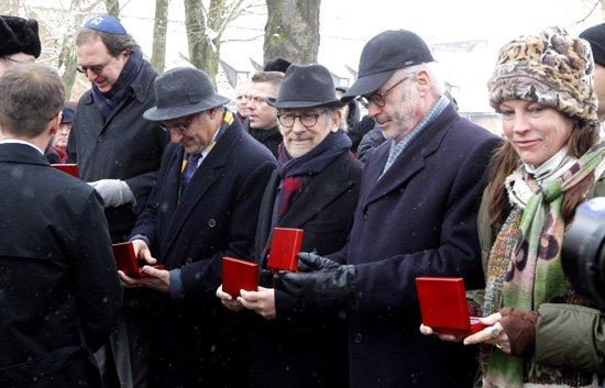 Darczyńcy,  wśród nich reżyser Steven Spielberg i Melinda Goldrich ,  uhonorowani za wsparcie fundacji Auschwitz-Birkenau w ramach kampanii 18 Filarów Pamięci. PAP/Andrzej Grygiel
