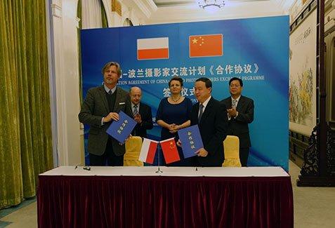 Podpisanie porozumienia o współpracy między Instytutem Adama Mickiewicza i Ludowym Stowarzyszeniem Przyjaźni z Krajami Zagranicznymi.