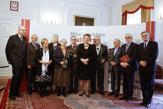 Minister Omilanowska z odznaczonymi medalami Zasłużony Kulturze Gloria Artis. fot. Danuta Matloch