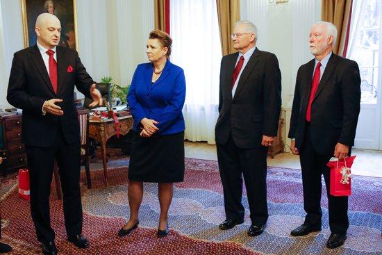 Minister Omilanowska, Dyrektor Polsko-  Rosyjskiego Dialogu i Porozumienia Sławomir Dębski i synowie amerykańskich oficerów. fot. Danuta Matloch