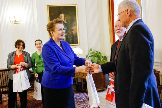 Minister Omilanowska i synowie amerykańskich oficerów. fot. Danuta Matloch