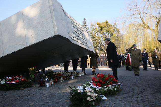 Prezydent Bronisław Komorowski na Cmentarzu Wojskowym na Powązkach przy pomniku upamiętniającym ofiary katastrofy smoleńskiej. PAP/Tomasz Gzell